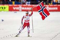 I ensom majestet går Marit Bjørgen inn til norsk stafettgull under VM i Falun 2015. Foto: NordicFocus.