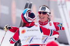 Heidi Weng med ryggen til løper neste over målstreken for å komme Marit Bjørgen i møte etter at sistnevnte har avrundet damestafetten med å gå Norge inn til seier. Foto: NordicFocus.