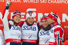Anders Gløersen (f.v.), Petter Northug, Didrik Tønseth og Niklas Dyrhaug på toppen av seierspallen etter VM-stafetten i Falun 2015. Foto: NordicFocus.