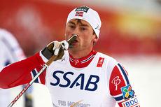 Seiersgesten til Petter Northug etter å ha spurtet fra Sveriges ankermann og sikret norsk stafettgull under VM i Falun 2015. Foto: NordicFocus.