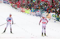 Petter Northug spurtslår Sveriges ankermann Calle Halfvarsson og sikrer norsk gull på VM-stafetten i Falun 2015. Foto: NordicFocus.