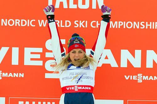 Therese Johaug jubler på toppen av seierspallen etter at hun ble verdensmester på 30 kilometer klassisk under VM i Falun 2015. Foto: NordicFocus.