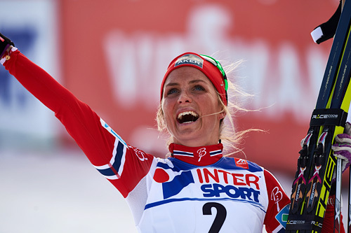 Therese Johaug jubler for VM-gull på tremila under VM i Falun 2015. Foto: NordicFocus.
