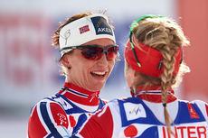 Therese Johaug og Marit Bjørgen gratulerer hverandre med gull og sølv på tremila under VM i Falun 2015. Foto: NordicFocus.