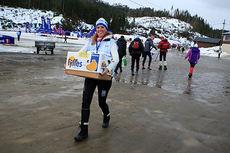 Elisabeth Røvik kommer med baguetter, nå kan Junior-NM 2015 i Hommelvik starte. Foto: Erik Borg.