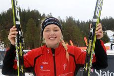 Martine Lorgen Øvrebust smiler bredt etter å ha vunnet 5 km klassisk i 18-årsklassen under Junior-NM 2015 i Hommelvik. Foto: Erik Borg.