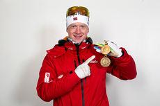 Johannes Thingnes Bø med sine 2 innledende VM-medaljer, henholdsvis gull på sprint og bronse i mix-stafett, under mesterskapet i Kontiolahti 2015. Foto: NordicFocus.