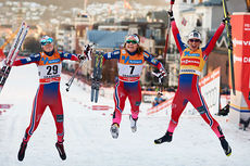 Gledeshopp fra de tre beste damene på verdenscupsprinten i Drammen 2015. Fra venstre: Heidi Weng (2.-plass), Maiken Caspersen Falla (1) og Marit Bjørgen (3). Foto: Felgenhauer/NordicFocus.
