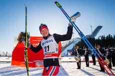Sjur Røthe etter sin store dag i Holmenkollen hvor han vant verdenscupens 50 km med fellsstart i fri teknikk 2015. Foto: Laiho/NordicFocus.