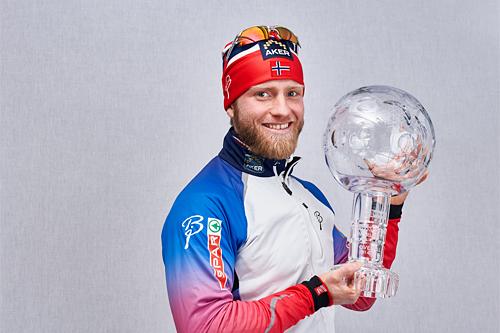 Martin Johnsrud Sundby med verdenscup-kula han mottok etter 5-mila i Holmenkollen 2015. Foto: Felgenhauer/NordicFocus.