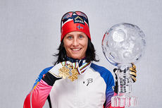 Marit Bjørgen på verdenscupens finaledag etter 3-mila i Holmenkollen 2015. Her viser hun frem et par VM-medaljer og 1 av de 3 World Cup-krystallkulene hun har kapret denne sesongen. Foto: Felgenhauer/NordicFocus.