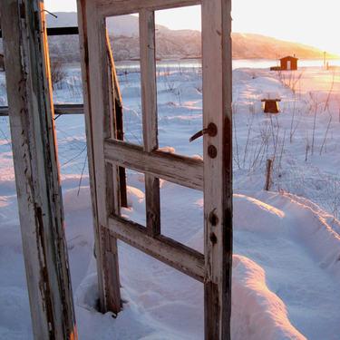 Bilder av en dørkarm og dør ute i snøen tatt av fotograf Anne Gundersen