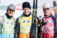 Øystein Pettersen (f.v.), Petter Eliassen og Anders Mølmen Høst holder trøyene i henholdsvis sprint-, total- og ungdomscupen i Swix Ski Classics 2014/2015 etter Birkebeinerrennet. Foto: Magnus Östh/Swix Ski Classics.