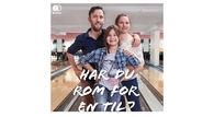 """En mann, en kvinne og et barn på bowling med teksten """"Har du rom for en til?"""""""