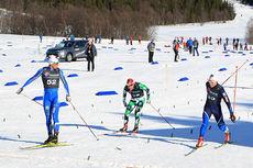 Petter Northug sklir først over målstreken i sitt semifinaleheat på lagsprinten under NM 2015 i Harstad, og ser seg tilbake i kjent stil på Eirik Brandsdal og Eldar Rønning. Foto: Erik Borg.