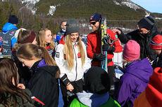 Martin Johnsrud Sundby skriver autografer etter lagsprinten på NM i Harstad der han sammen med Andrew Musgrave tok sølvet for Røa. Foto: Erik Borg.
