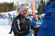 Kathrine Harsem intervjues etter NM-gullet på 5 kilometer klassisk under NM i Harstad 2015. Foto: Erik Borg.