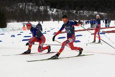 Johannes Høsflot Klæbo (nærmest) klarer akkurat å få skiskoen foran Mattis Stenshagen under Norgescupfinalen for eldste juniorklasse i Harstad. Bak følger Aksel Rosenvinge inn til tredjeplass. Foto: Erik Borg.