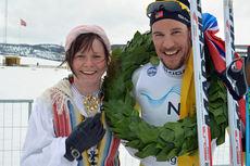 Kransjente Ellinor Lindman og vinner av Flyktningerennet 2015, John Kristian Dahl. Foto: Flyktningerennet/Karl Audun Fagerli.