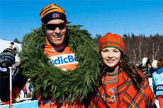 Anna-Stina Sparrock har gitt kransen til vinner av Årefjällsloppet 2015, Petter Eliassen. Foto: Magnus Östh/Swix Ski Classics.