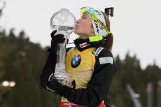 Darya Domracheva vant verdenscupen sammenlagt i sesongen 2014/2015. Her med det synlige beviset. Foto: Manzoni/NordicFocus.