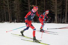 Sofie Nordsveen Hustad underveis på fellesstarten med skibytte som avsluttet Norgesupen for juniorer i Harstad. Hun gikk helt til topps i eldste klasse. Foto: Erik Borg.