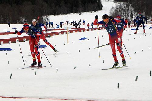 Innspurten i eldre juniors Norgescupfinale med Mattis Stenshagen fremst til venstre og Johannes Høsflot Klæbo til høyre. Sistnevnte fikk strekt frem foten lengst og vant rennet. Foto: Erik Borg.