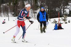 Willy Olsen opplevde stor variasjon på skiene under NM i Harstad da han som løypevakt beskuet løperne. På bildet er det Sigrid Lid Byggland han ser passere. Foto: Erik Borg.