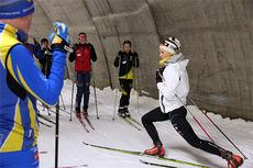 Fra fjorårets sommerskiskole der Stina Nilsson instruerer sprintstarter i Torsby Skitunnel. Foto: Leif Skogsberg.