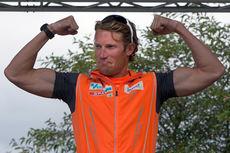 Simen Østensen viser muskler på toppen av seierspallen etter seieren i Kanalrennet 2014. Arrangørfoto.