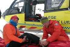 Anders Aukland får hjelp fra Norsk Luftambulanse etter å ha brukket foten under skikjøring i Jotunheimen i mai 2015. Foto: Team Santander.