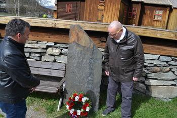 Holø og Gelius legg ned krans ved minnestøtta for dei frå Lom som fell under andre verdskrigen