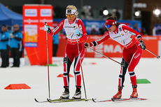 Heidi Weng sender ut Therese Johaug på VM-stafetten i Val di Fiemme 2013. Lørdag løper de begge Holmenkollstafetten for hvert sitt lag. Foto: Laiho/NordicFocus.