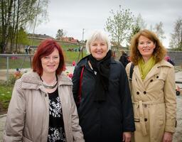 Fylkesmann Valgerd Svartstad Haugland sammen med ordfører Mona Granbakken Mangen (tv) og rådmann Siri Gauthun Kielland