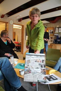 Aud Sørhage syner fram spesialdesigna boks til tekstane