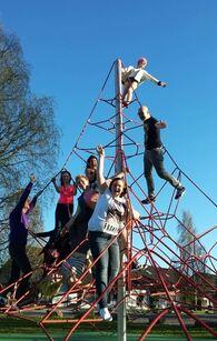 Medlermmer av ungdomsklubben i klatrestativet ved Furuly