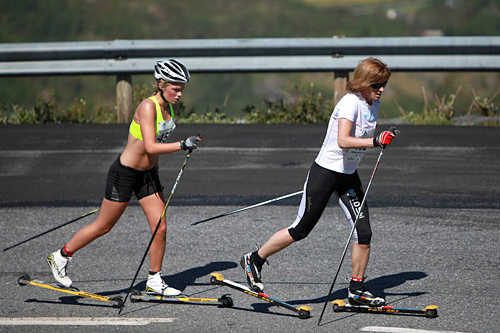 Martine Lorgen Øvrebust vann Nibberennet 2014 på 2.01.41. Her i ryggen på Trude Dybendahl som fekk tida 2.06.33. Foto: Willy Fredheim.