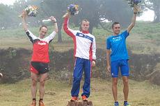 Johan Bugge troner øverst på pallen etter EM i motbakkeløping i Portugal i juli 2015. Foto: Norges Friidrettsforbund.