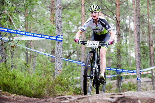 Birken-triumf til Gunn rita Dahle Flesjå. Her er hun på vei mot seier under NM i terrengsykling, rundbane, 2015. Foto: Karlsson / Norges Cykleforbund.