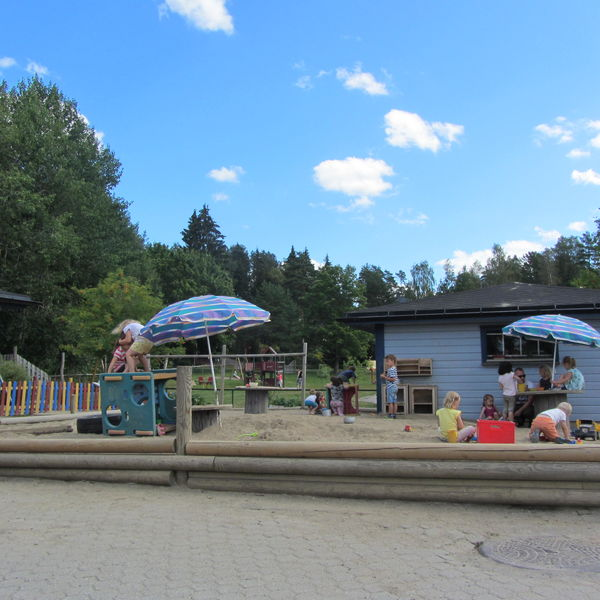 Lek i sandkassa mot Kirkåsparken