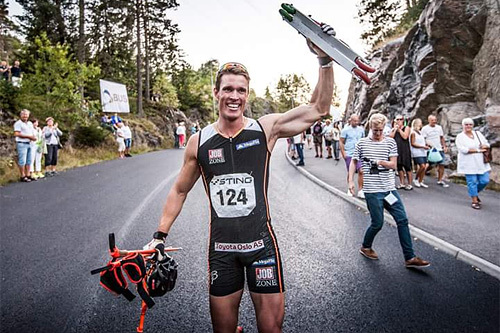Ragnar Bragvin Andresen jubler for seier i Sting Hill Race under Alliansloppsveckan 2015. Foto: Joachim Nywall.