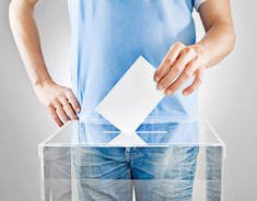 Illustrasjonsbilde av person som putter stemmeseddelen i valgurne.