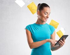 Illustrasjonsbilde av kvinne som mottar brev elektronisk til sin håndholdte enhet.