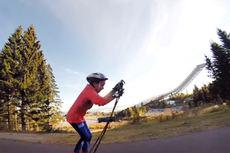 Thea Utaker korter ventetiden frem mot ny skisesong gjennom trening i Holmenkollens rulleskiløype. Foto: Espen Utaker/YouTube.