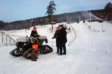 Bare smil og glede på Birkebeiner Skistadion. Fra venstre: Lars Teigen, LOP, Eiliv Furuli og Tage Skamsar, LOP. Foto: World Cup Lillehammer.