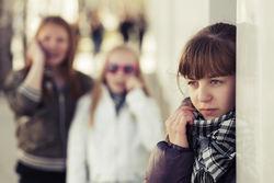 Ensom tenåringsjente - to jenter i bakgrunnen