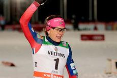 Maiken Caspersen Falla jubler over seier på sprinten som innledet verdenscupåpningen og minitouren i Kuusamo og Ruka 2015. Foto: Modica/NordicFocus.