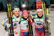Seierspallen for damer på sprinten i Kuusamo og Ruka i verdenscupen 2015/2016. Fra venstre: Stina Nilsson (2. plass), Maiken Caspersen Falla (1) og Ragnhild Haga (3). Foto: Modica/NordicFocus.