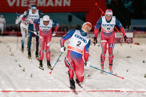 På overlegent vis vinner Sondre Turvoll Fossli verdenscupåpningen i sprint i Kuusamo og Ruka 2015. Bak følger Eirik Brandsdal og Petter Northug som nummer 2 og 3. Foto: Modica/NordicFocus.