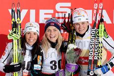 Seierspallen etter 5 km fristil, 2. etappe av Kuusamo-touren 2015. Fra venstre: Charlotte Kalla (2. plass), Therese Johaug (1) og Ida Ingemarsdotter (3). Foto: Modica/NordicFocus.